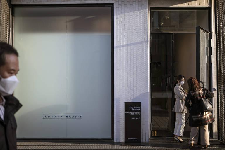 Visitantes chegam à galeria Lehmann Maupin, em Suel, na Coreia do Sul em 23 de abril de 2020