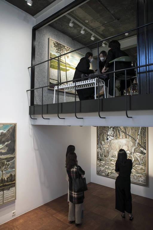 Visitantes chegam à galeria Lehmann Maupin, em Seul, na Coreia do Sul em 23 de abril de 2020