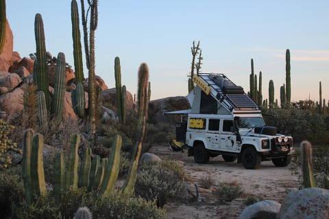 Carro do casal Eleni Alvejan e Sergio Medeiros em deserto na Baja California, no México