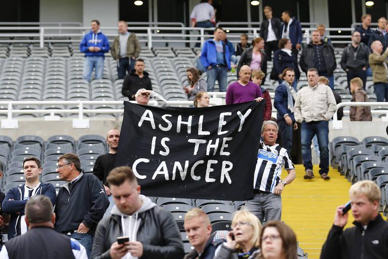 Torcedores do Newcastle protestam contra o dono do clube, Mike Ashley