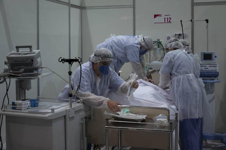 Os enfermeiros do Hospital de Campanha do ginásio do Ibirapuera fazem uma demonstração de atendimento emergencial a um paciente da Covid-19 durante a vista do governador, João Dória (PSDB), e do prefeito de São Paulo, Bruno Covas