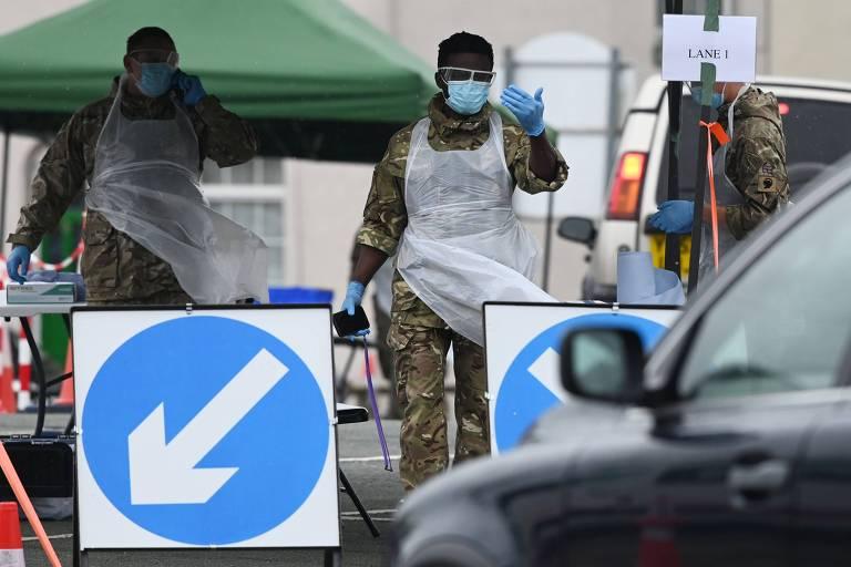 Militares em posto de teste para coronavírus, em Macclesfield, noroeste da Inglaterra