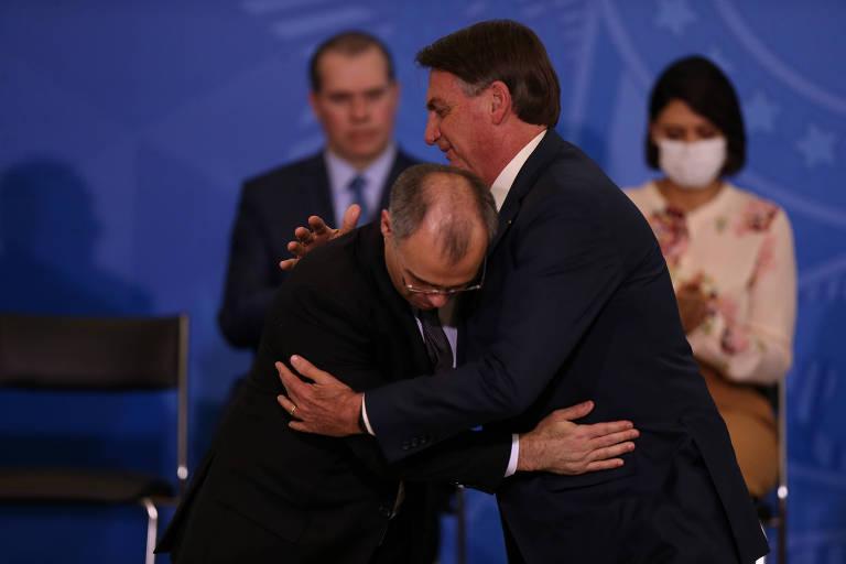 O presidente Bolsonaro cumprimenta André Mendonça ao empossá-lo como novo ministro da Justiça nesta quarta (29)