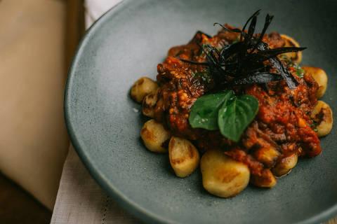 Nhoque alla norma do Vaca Ateliê, que é especializado em versões veganas da cozinha italiana