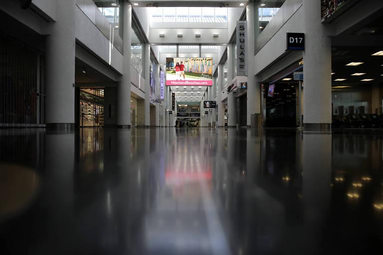 Terminal de aeroporto de Miami fica vazio por causa do coronavírus