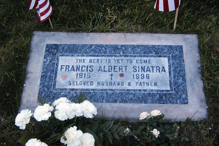 """Lápide no túmulo de Frank Sinatra, onde se lê: """"O melhor está por vir"""""""