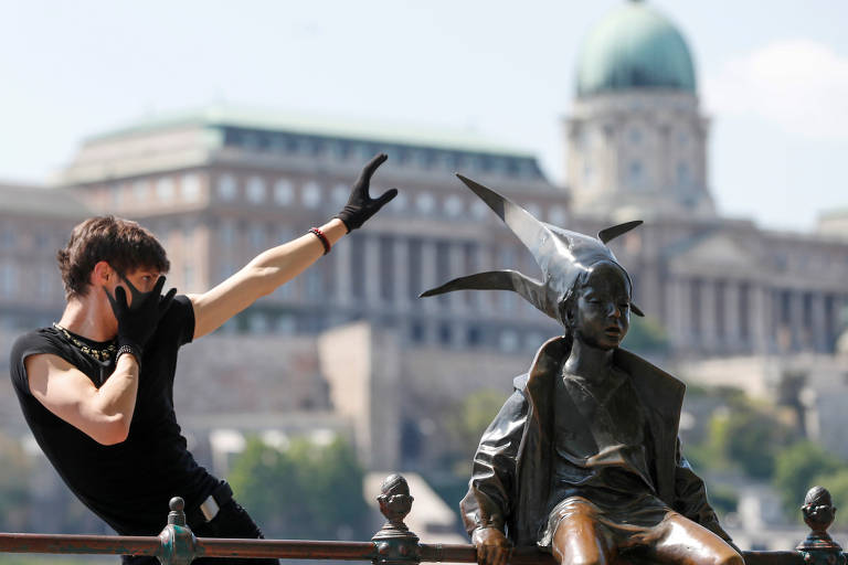 Dançarino Kovacs em praça de Budapeste