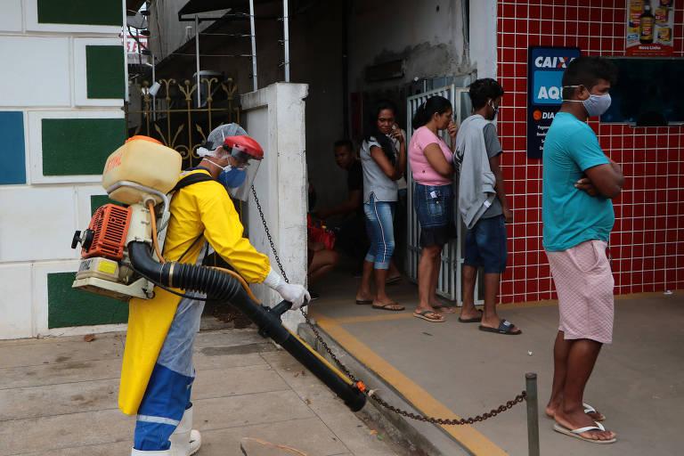 Cidade com maior incidência de coronavírus do país tem fila da Caixa ao lado de hospital de campanha