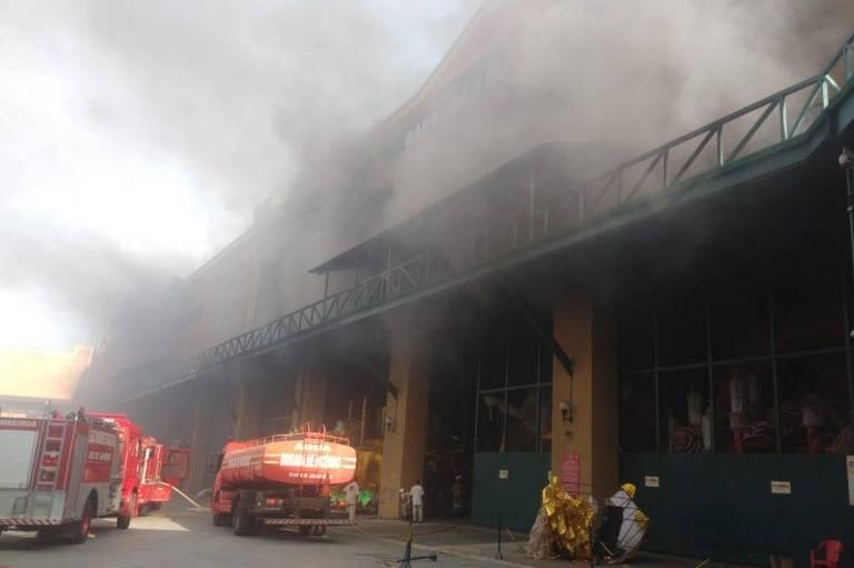 Bombeiros atuam em incêndio em barracão da Viradouro