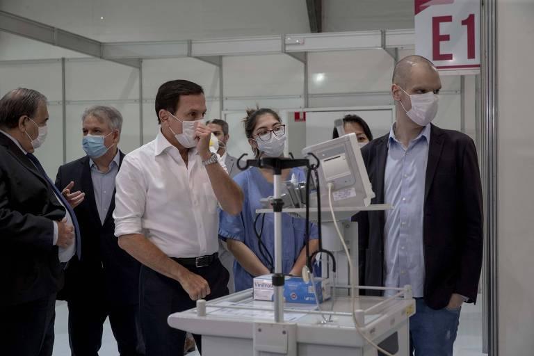 O governador, João Dória (PSDB), e o prefeito de São Paulo, Bruno Covas, durante visita técnica ao Hospital de Campanha do ginásio do Ibirapuera