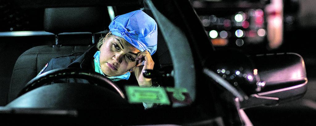 A paramédica Patricia Rodríguez durante breve pausa em seu trabalho como socorrista de pacientes com Covid-19 nos EUA