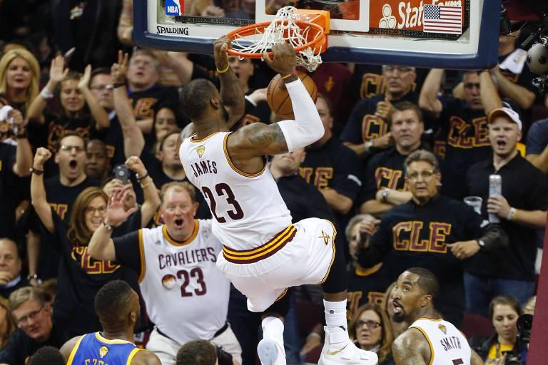LeBron James dá uma enterrada no jogo 6 das finais da NBA de 2016