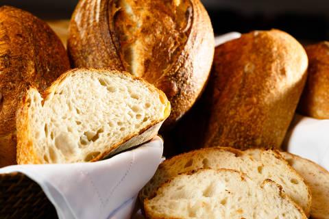 SAO PAULO, SP, BRASIL. 29.04.2020 - Receita de pão. o chef Erick Jacquin com  Leticia Zandomenich. Leticia apresenta um passo a passo de um pão para ser feito em casa durante a quarentena. (foto: Rubens Cavallari/Folhapress,SHOW)