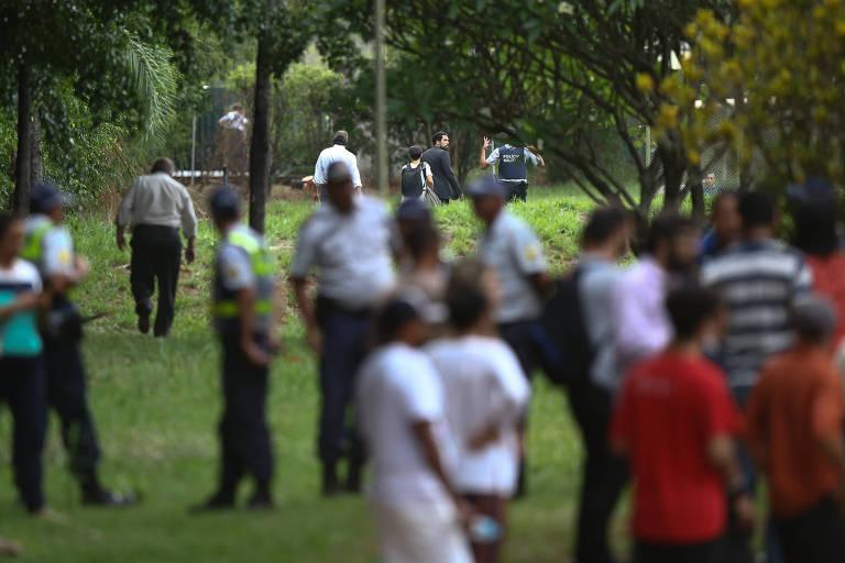 Grupo ligado a Juan Guaidó deixa embaixada da Venezuela em Brasília escoltado pela polícia militar