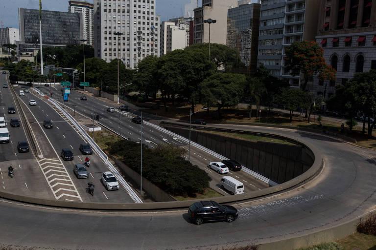 Movimentação na avenida 23 de Maio, vista do viaduto do Chá, na região central de São Paulo, nesta quinta (30)