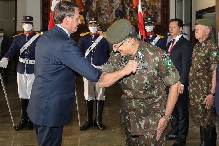 Em abril de 2020, Jair Bolsonaro cumprimenta com o cotovelo o general Edson Pujol, em cerimônia no Comando Militar do Sul, em Porto Alegre