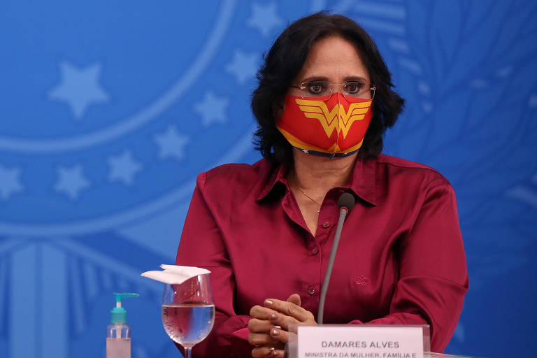 A ministra Damares Alves (Mulher, Família e Direitos Humanos) usa máscara de Mulher Maravilha durante a coletiva de imprensa sobre o combate ao coronavírus no Palácio do Planalto