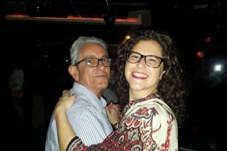 Um homem dança com a filha