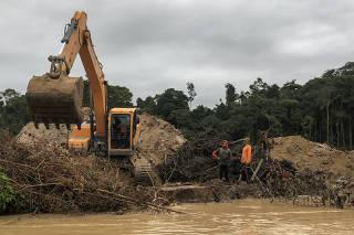 Escavadeira no igarapé Massaranduba