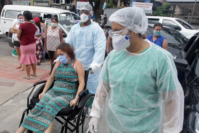 Mulher é levada por funcionário do Hospital Regional Dr. Aberlardo Santos, em Belém