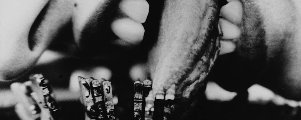 mulher com língua presa em máquina de escrever