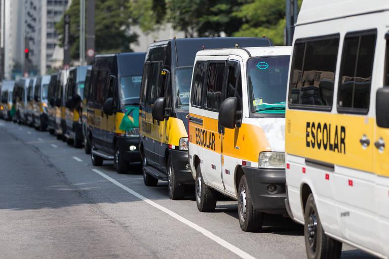 Motoristas de vans escolares fazem manifestação na avenida Paulista