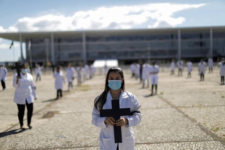 Enfermeiros fazem homenagem a trabalhadores da saúde que atuam contra o coronavírus, em Brasília
