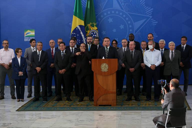 Acompanhado de ministros e aliados, presidente Jair Bolsonaro faz pronunciamento para rebater acusações de Sergio Moro, no último dia 24