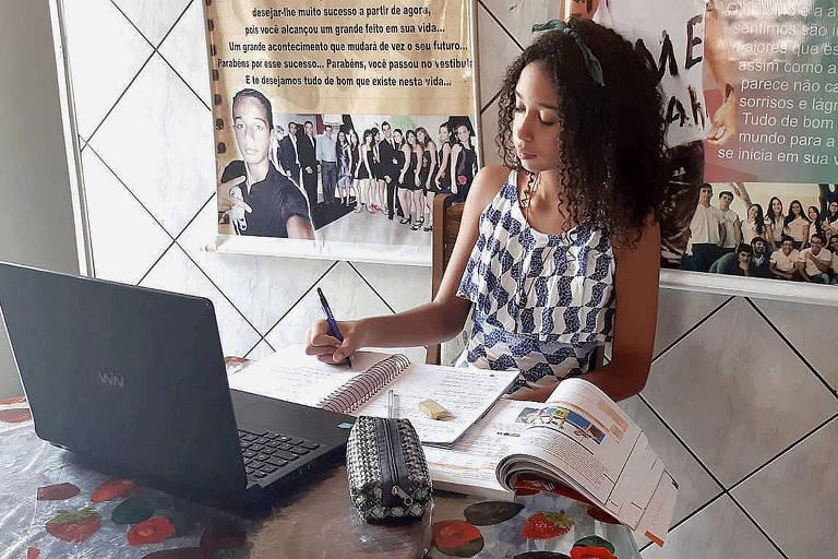Estudante de Santa Maria da Vitória (BA) faz atividades remotamente no computador