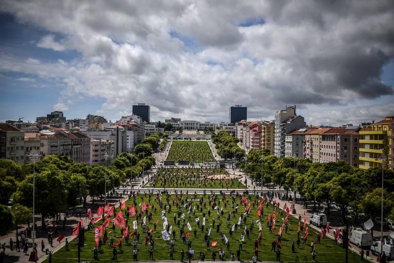 No Dia do Trabalho, pessoas participam em Lisboa, capital de Portugal, de um ato, respeitando distância segura para evitar o contágio pelo coronavírus