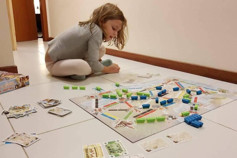 Emilia, 6, brinca com jogos de tabuleiro desde os 3 anos