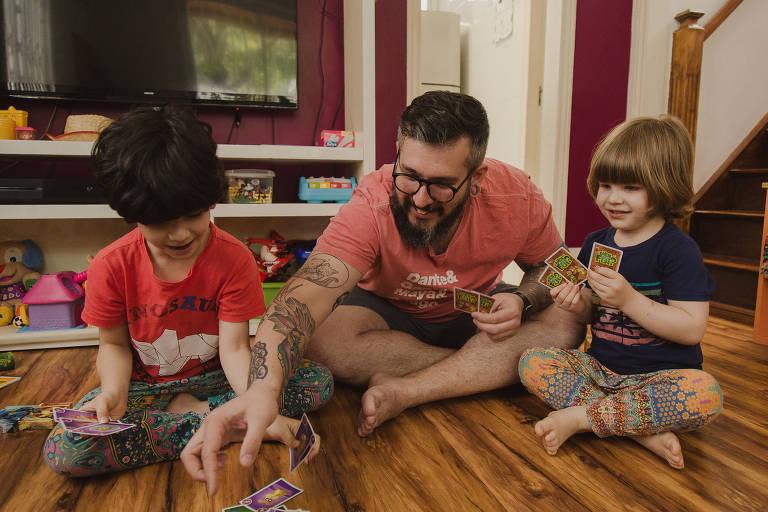 Thiago Queiroz brinca com os filhos Dante, 7, e Gael, 5