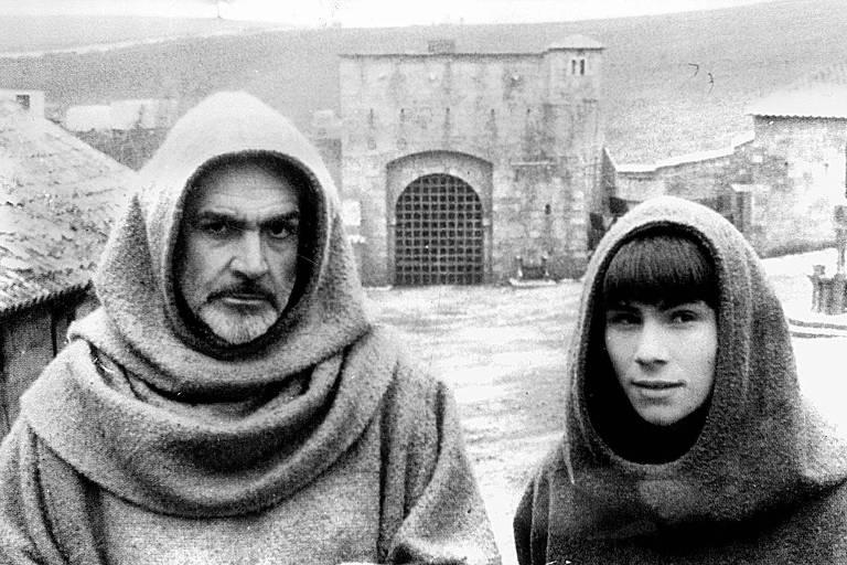 """Os atores Sean Connery (à esq.) e Christian Slater em cena do filme """"O Nome da Rosa"""" (1986), de Jean-Jacques Annaud"""