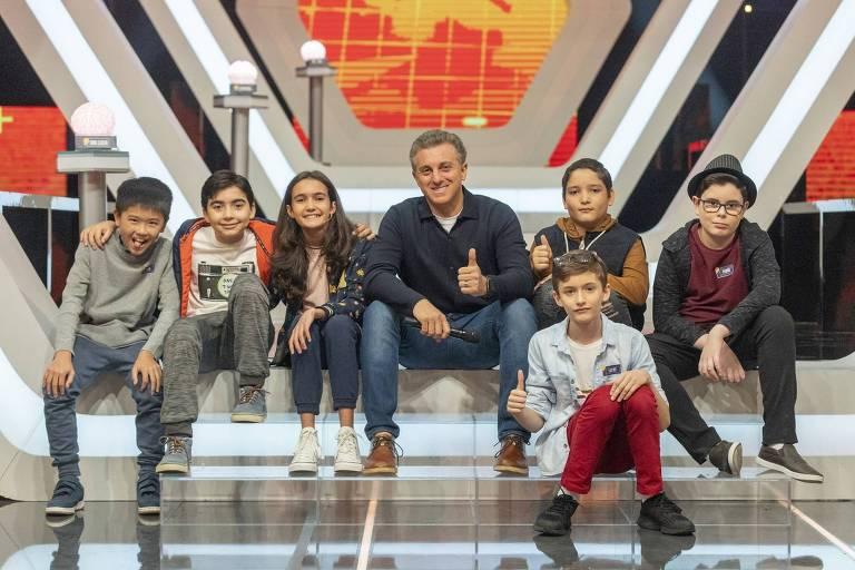 Luciano Huck aparece com crianças do novo quadro