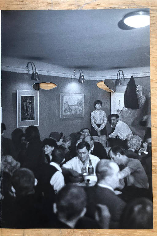 foto de menina num canto da sala com buracos no lugar dos olhos