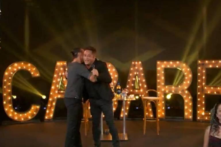 Eduardo Costa e Leonardo se abraçam e se beijam em live