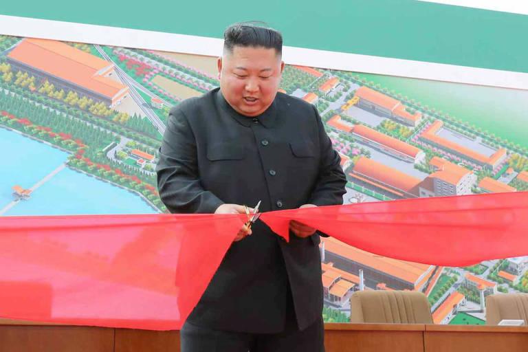 Kim Jong-un durante cerimônia em foto cerimônia divulgada pelo jornal estatal Rodong Sinmun neste sábado (2, pelo horário local)