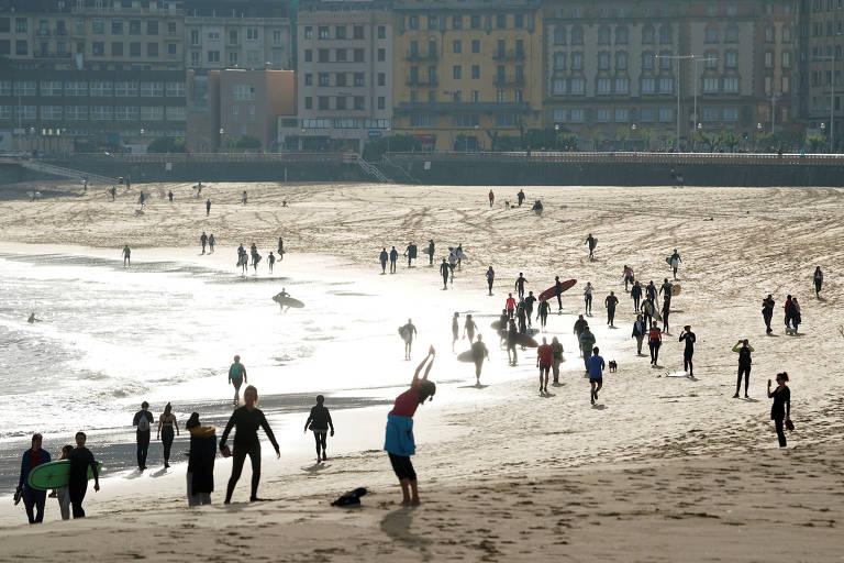 Pessoas se exercitam na praia de Zurriola, em San Sebastián, no País Basco, neste sábado (2); Espanha libera atividades físicas ao ar livre pela primeira vez desde o início do lockdown no país, um dos mais afetados pelo coronavírus