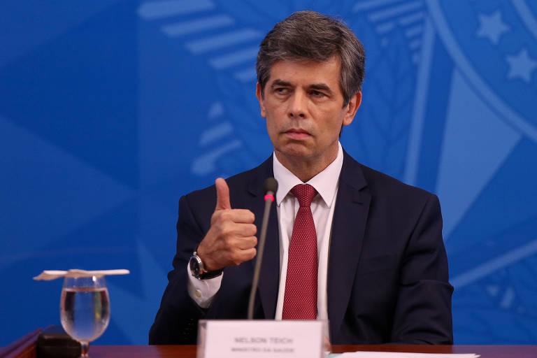 O ministro Nelson Teich (Saúde), sem colete do SUS, durante entrevista coletiva de imprensa no Palácio do Planalto