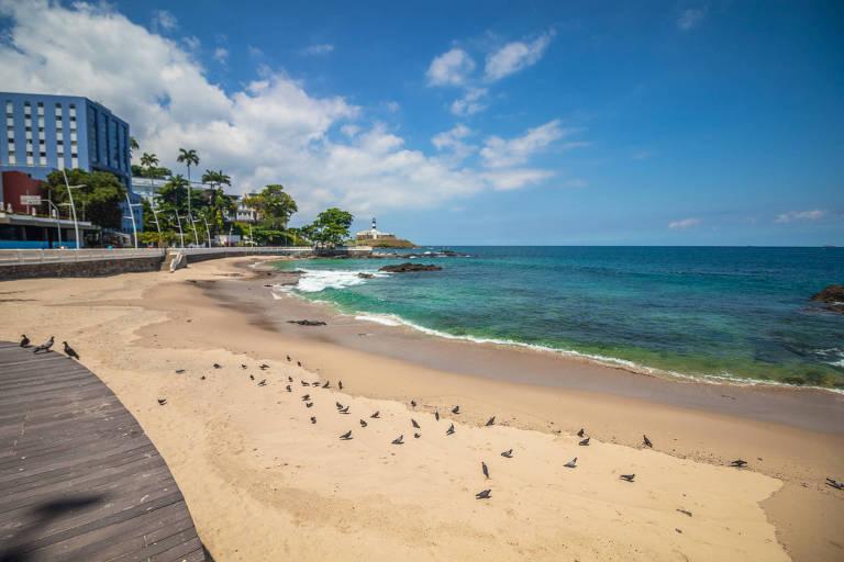 Praia de Salvador, na Bahia, completamente vazia por causa da pandemia do novo coronavírus; turismo responde por 10% do PIB da região Nordeste