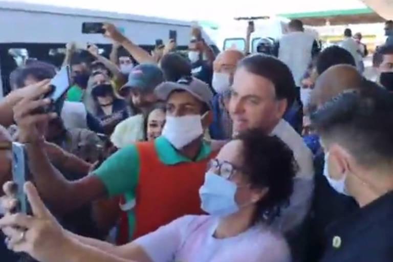 O presidente Jair Bolsonaro visitou posto de gasolina às margens da BR-040, em Goiás. O presidente causou aglomerações e, em diversos momentos, puxou a máscara para o queixo, contrariando determinações de autoridades de saúde