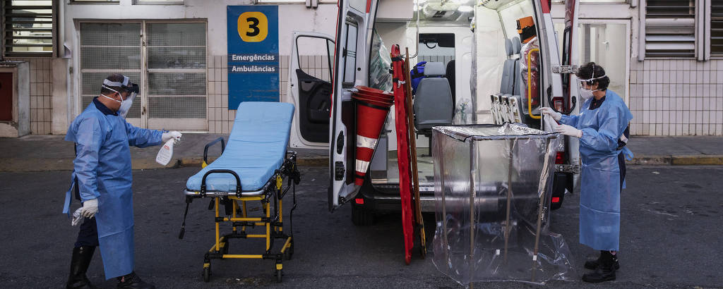 Equipe do Samu higieniza ambulância após resgate de pessoa com suspeita de coronavírus