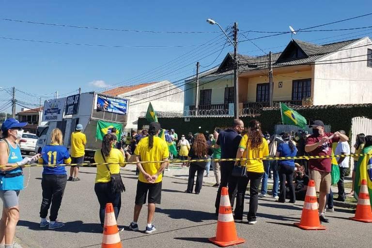 Concentração de grupos pró Bolsonaro e pró Moro em Curitiba, antes de depoimento do ex-ministro Sergio Moro à PF com acusações contra o presidente Jair Bolsonaro