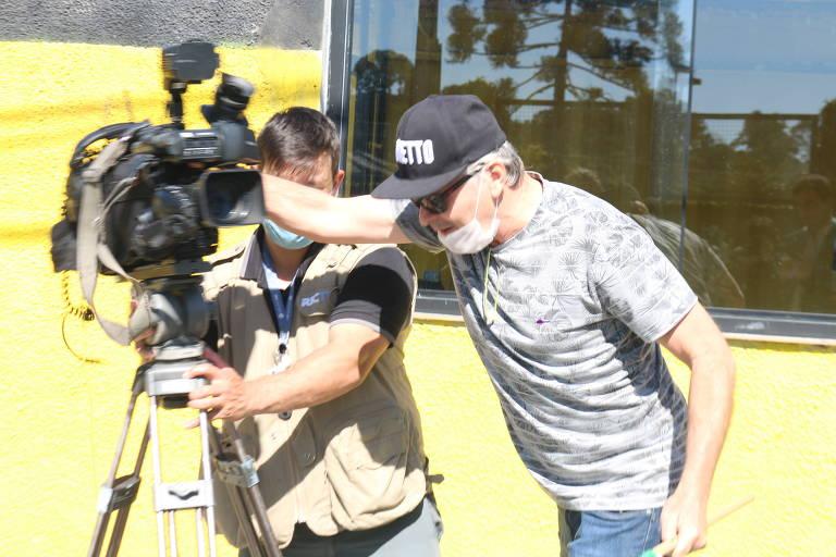 Manifestante tenta impedir trabalho de cinegrafista em frente à Polícia Federal, em Curitiba, antes do depoimento do ex-ministro da Justiça Sergio Moro