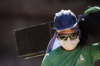***FOLHA Domingo*** Obras continuam mesmo durante periodo de quarentena. Usando  mascara, operario Raimundo Jose Rosa, trabalha   na obra de fundacao para eguer predio residencial de 28 andares -da construtora Grupo Kallas - no bairro Freguesia do O: