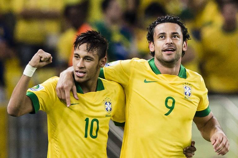 Os atacantes Neymar e Fred comemoram o 3° gol da Seleção Brasileira na vitória sobre a Espanha por 3 a 0, em jogo válido pela final da Copa das Confederações de 2013, no estádio do Maracanã