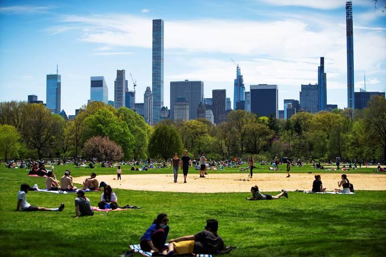 Nova-iorquinos aproveitam fim-de-semana ensolarado e vão ao Central Park