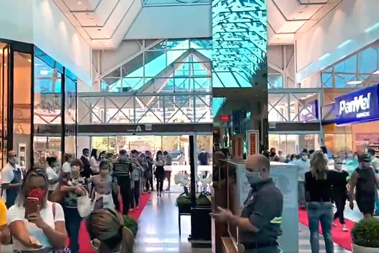 Movimento de pessoas na reabertura do shopping Neumarkt, de Blumenau (SC) em 22 de abril