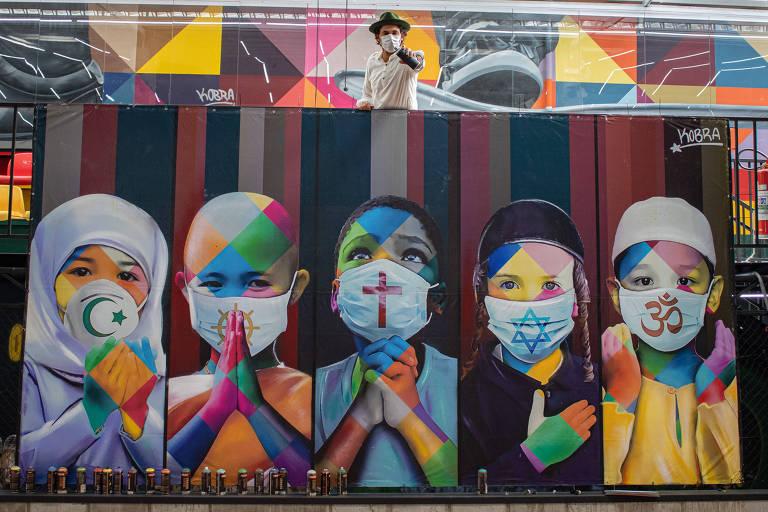 Artista Eduardo Kobra posa com a obra Coexistencia, mural de sua autoria, em seu espaço na cidade de Itu (SP)