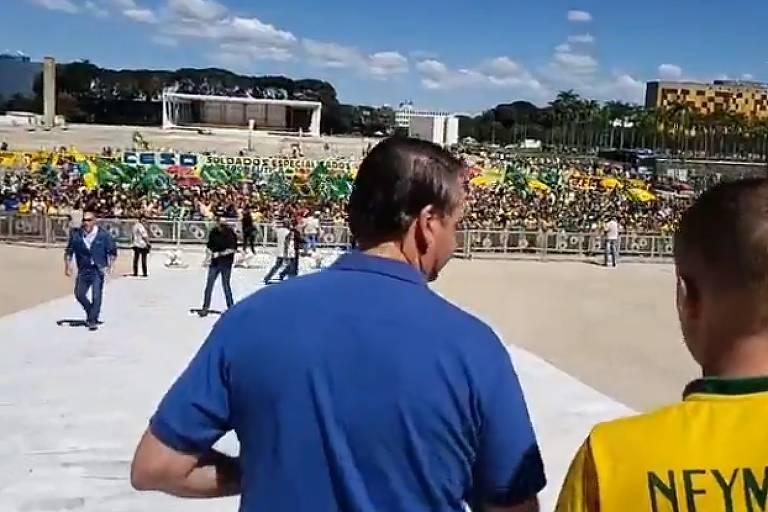 Em live, Jair Bolsonaro observa manifestação a seu favor em frente ao Palácio do Planalto